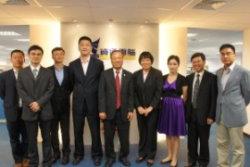 資通電腦董事長(中)、宋祥榮副總(右二)、黃峻嘯協理(左二)與蘇州國際科技園高層代表們於資通電腦總部照相留念。