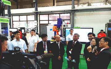總統參訪「智慧製造試營運場域」 體驗資通 MES 智慧製造