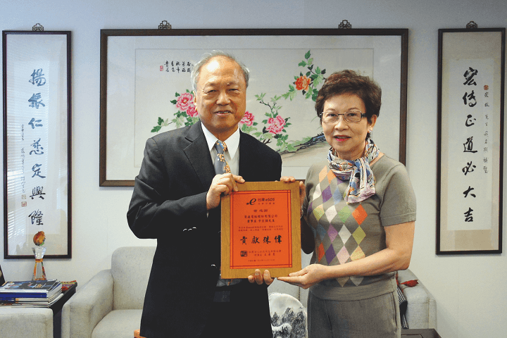 Kai Chu, Director General of Taipei Lifeline Accusation, presents the certificate to Harry Yu, Chairman of Ares